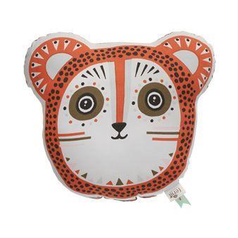 Den mjuka och kramgoa Billy Bear kudde är en rund och dekorativ kudde från Ferm Living. Kudden är tillverkad i organisk bomull och har ett sött handtryckt mönster på framsidan och ett prickigt mönster på baksidan. Placera Billy Bear i barnrummet och hen kommer definitivt bli en favorit! Välj mellan olika färger.