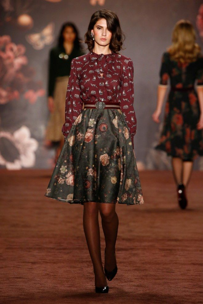 Fashion Week Berlin: Rock mit Blumenprint und Bluse mit Katzenmotiv von Lena Hoschek.