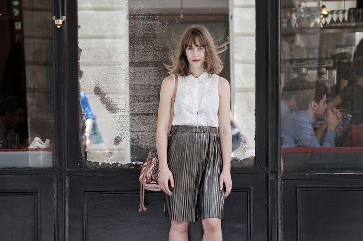 Streetstyle - jupe plissée argentée et sandales noires