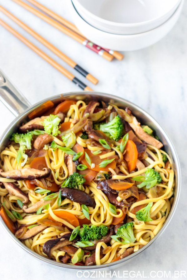 Para dias em que você não quer pedir comida e tem alguns ingredientes na geladeira, prepare uma boa receita de yakisoba. Leva menos de 15 minutos para ficar pronto, e você vai se surpreender em como é fácil, rápido e delicioso preparar seu próprio yakisoba em casa.