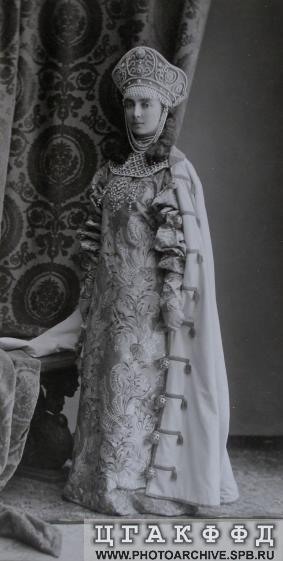 Свитная фрейлина императрицы Александры Федоровны княжна Е.Н.Оболенская в костюме боярышни XVII века.