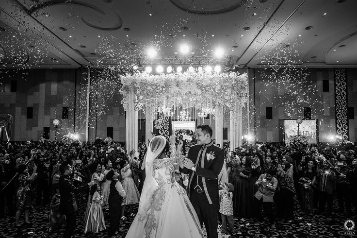 Come as you are stay as long as you can we are all family here so no seating plan. . Courtesy from Wedding of @selmadena & @haqyrais Location The Alana Hotel Yogyakarta . . Photo by @alvinfauzie  MUA by @liapharaohmakeup Gown by @verau_atelier Hair by @jennysubagyo Organized by @pengantinproductionyogyakarta  Decoration by @excelsior_decoration  . Follow our official account of studio @alvinstudio Check our website for the other photos at www.alvinphotography.co.id #selmahaqywedding