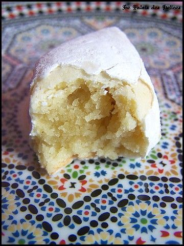 makrout ellouz - fondant-covered Algerian sweet.