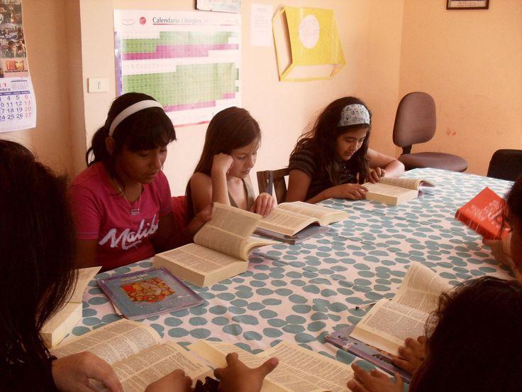 Bibbie per una piccola parrocchia sulle Ande  La Bolivia è considerato il paese più povero dell'America Latina. Due terzi dei suoi 11 milioni di abitanti – perlopiù indigeni – vivono infatti al disotto della soglia di povertà e oltre il 40% della popolazione versa in condizioni di estrema indigenza.  http://acs-italia.org/progetti-in-corso/bibbie-per-una-piccola-parrocchia-sulle-ande/