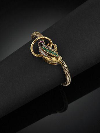 132625. ARMBAND, 18 kt guld föreställande en orm med rosenstenar, smaragder (D2) och små rubiner (en sten saknas, några skadade). – Auctionet