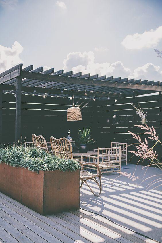Pergola i soländen på altanen för mysiga sommarkvällar