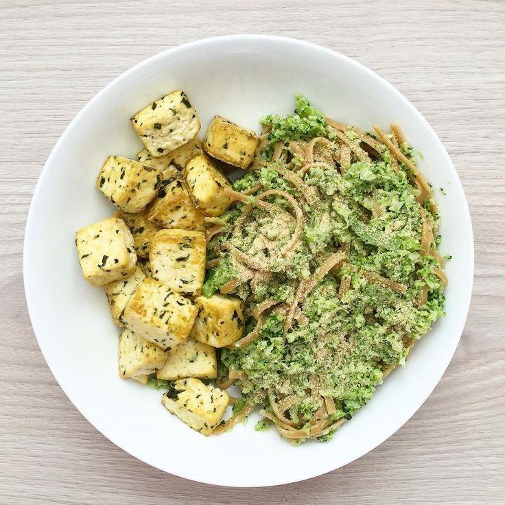 Grilované tofu podávané s těstovinami a domácím pestem z brokolice a tahini  INGREDIENCE - 180 g bazalkového tofu - těstoviny - 1/2 brokolice - 1 polévková lžíce tahini - olivový olej - 1 čajová lžička lahůdkového droždí  Nejdříve předehřejeme troubu ma 200°C. Tofu vysušíme papírovou utěrkou a nakrájíme na kostičky. Vložíme na plech vyložený pečícím papírem, zakápneme olivovým olejem a necháme péct přibližně půl hodiny. Mezitím nakrájíme brokolici a dáme vařit. Když je brokolice uvařená…