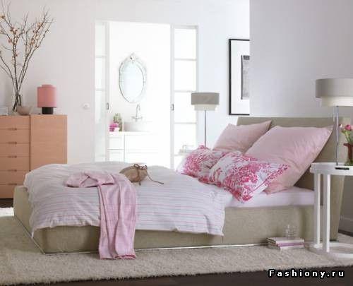 Лучше использовать низкие кровати. Это зрительно уменьшит массивность кровати в маленькой спальне