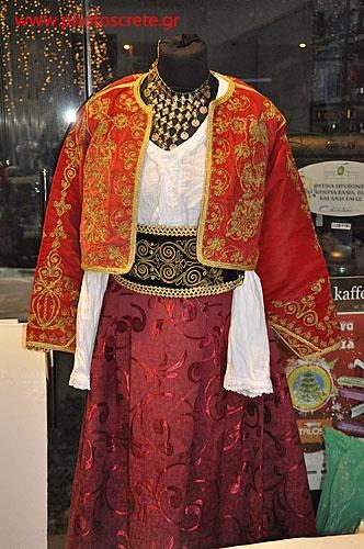 Παραδοσιακή Κρητική φορεσιά γυναίκας 2