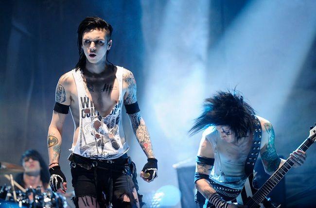 Фронтмен Black Veil Brides Энди Бирсак прервал концерт группы в Ванкувере 25 февраля чтобы разобраться с одним из зрителей.