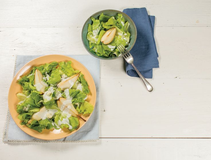 Salada de escarola com pera e molho de queijo azul | Receita Panelinha: Temos uma salada vigorosa, ótima para dar uma animada no jantar de dia de semana, ou mesmo para receber os amigos.