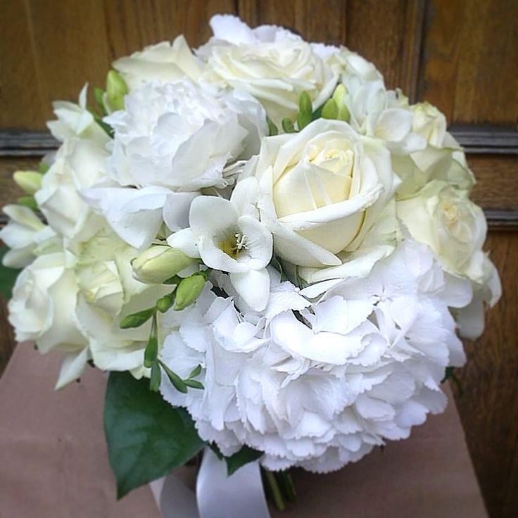 Букет невесты в классическом стиле из белых роз, пионов, фрезии и гортензии.  coralcharm.ru