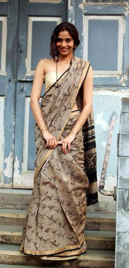 Beige sparrow print cotton saree with golden blouse. #CottonSaree #BeigeSaree