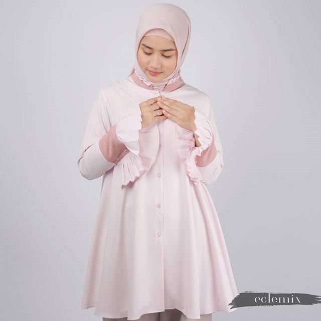 How much do you love pink? . Monica Top/Tunic now available in blushed pink. Memberikan kesan pribadimu yang penuh kelembutan dan kasih sayang. . Dapatkan atasan ini exclusive at : www.eclemix.com atau kontak admin kita melalui media:  Line@ : @eclemix  WA : 081326004010 . #eclemix #fashion #hijab #atasan #top #tunic #tunik #pink #localbrand #bandung