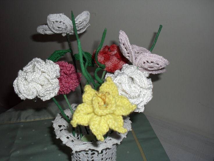 horgolt váza, virágokkal