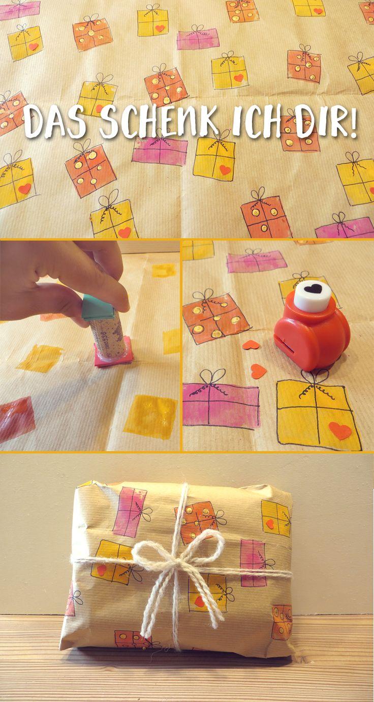 Aus Packpapier wird eine Geschenkverpackung mit Mini-Geschenken drauf.