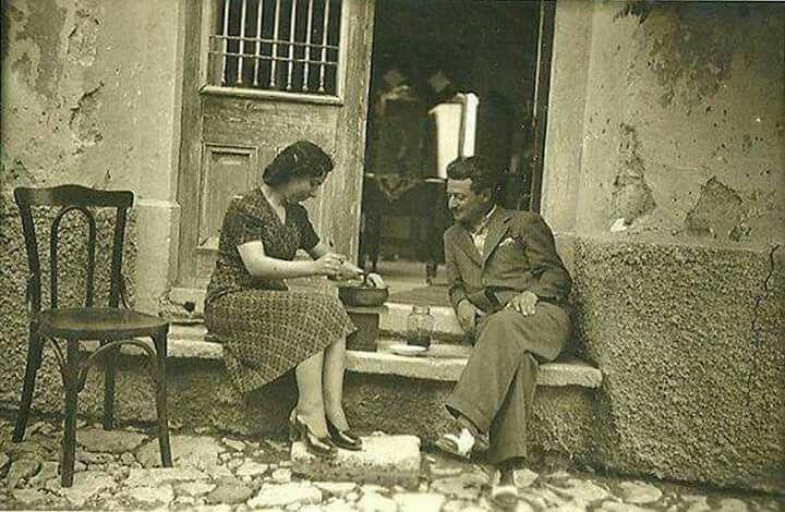 1940'lı yıllarda Balat'ta bir kapı önü muhabbeti. Ev kıyafetleri bile ne kadar düzgün...