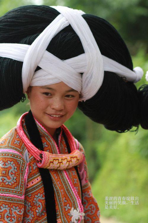 El Miao tiene una historia muy larga. Sus leyendas afirman que vivían a lo largo de los valles del río Amarillo y el río Yangtze tan pronto como hace 5.000 años. Más tarde emigraron a los bosques y las montañas del suroeste de China. Hay en su mayoría vivían en la provincia de Guizhou. Ataques militares en los siglos XVIII y XIX los obligaron a las provincias vecinas de Guangxi, Hunan, Hubei y Yunnan.