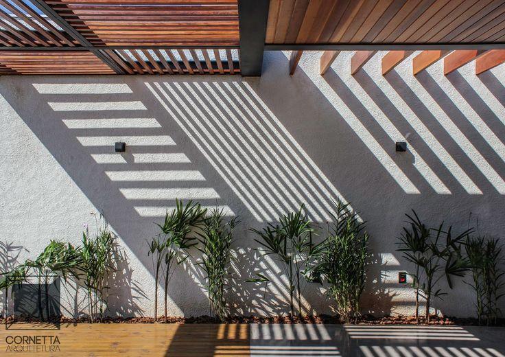 Projeto e execução de área de lazer em estrutura metálica, perolado em madeira, deck em pinus tratado e piso em concreto polido.