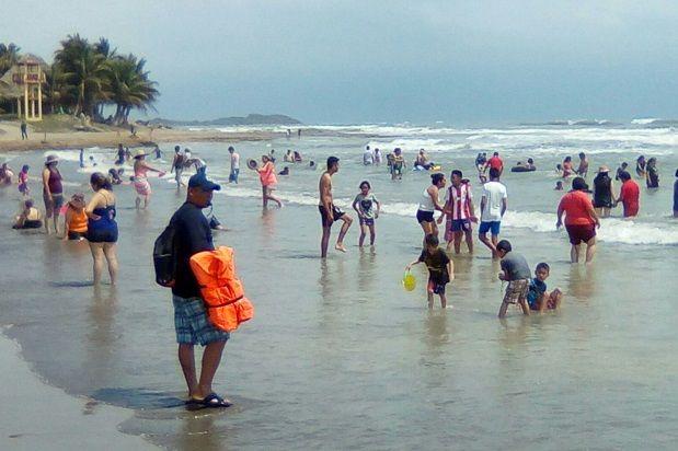 Con una nutrida afluencia a las 5 playas cazoneñas se reportan el Jueves y Viernes Santos - http://www.esnoticiaveracruz.com/con-una-nutrida-afluencia-a-las-5-playas-cazonenas-se-reportan-el-jueves-y-viernes-santos/