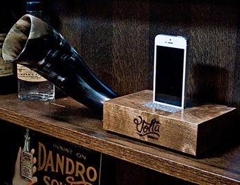 Ένα ξύλο από το Oregon, ένα τμήμα από κέρατο Βίσονα και ένα κομμάτι μαλλί συνθέτουν μια διαφορετική πρόταση για το iphone speaker, το Volta sound block. Αν έχετε χώρο με vintage αίσθηση ταιριάζει μαζί με