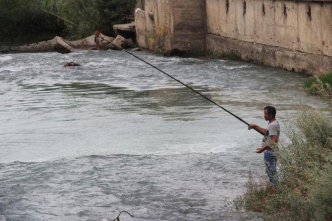 Лучшее время для ловли рыбы – утренние часы, - рыбаки Оша (фото)