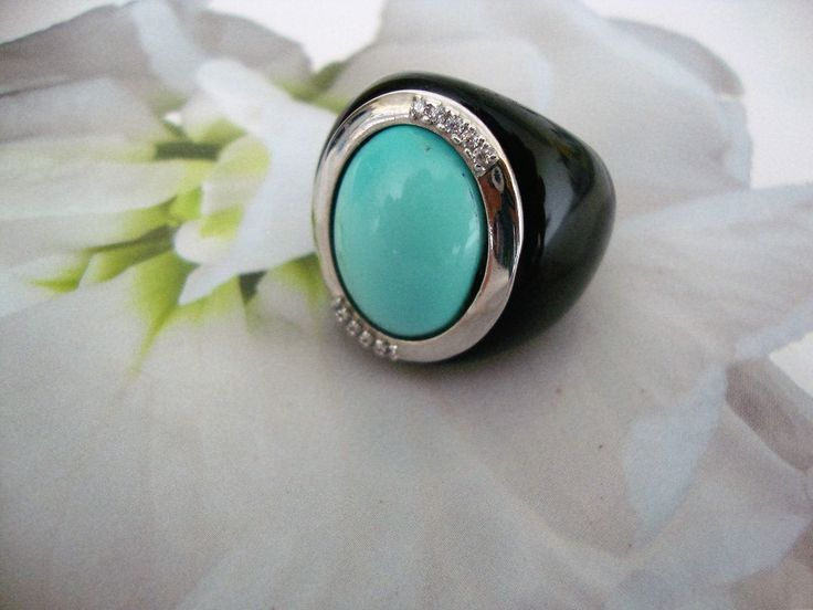 Big ring with turquoise cabochon and White gold