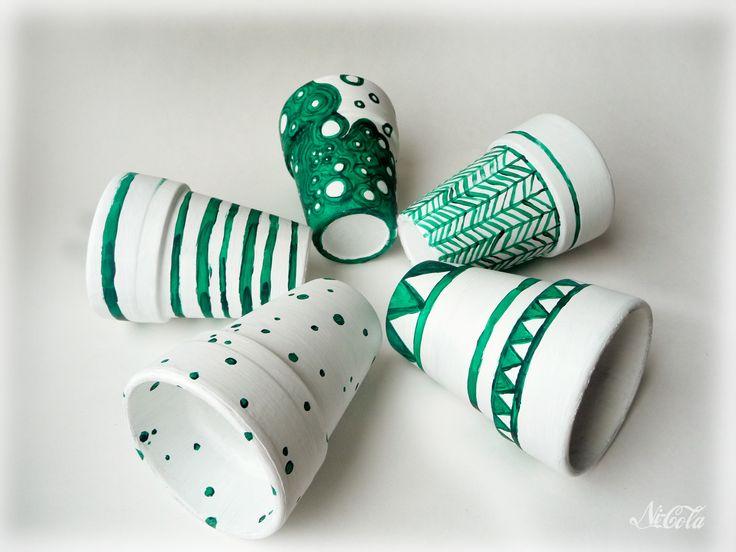 Doniczki ceramiczne z graficznym wzorem.