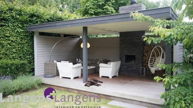 Red Cedar overkapping geolied in rustige grijstinten met lounge, openhaard en houtopslag.