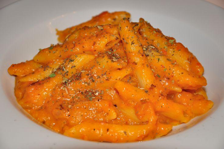 Zutaten: 1 / 2 Hokaido Kürbis Pflanzensahne Tomatenmark Chilipulver 2 große Zwiebeln Kräuter der Provence Penne Salz, Pfeffer und Olivenöl Zubereitung: Zunächst wird der Kürbis halbiert, von den Ke…