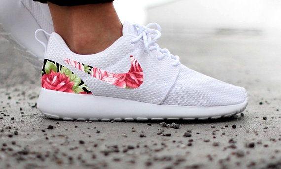 Las mujeres Nike Roshe Run uno blanco estampado por DenisCustoms                                                                                                                                                                                 Más