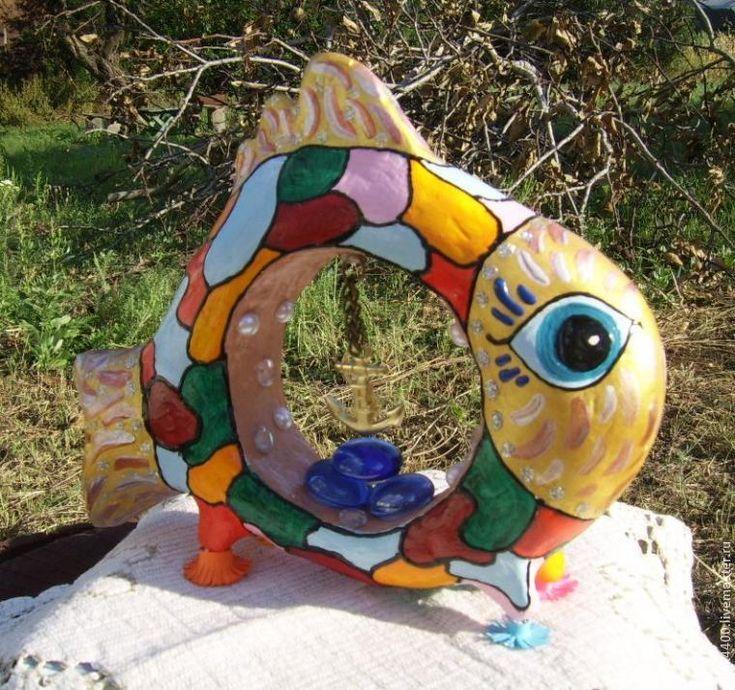 Рыба — символ плодовитости, изобилия, а яркий окрас еще и поднимает энергетический тонус. Имея в доме такой талисман, плохого настроения точно не будет!Внутри рыбки — икринки. Икринки — символ изобилия. А якорь — надежда на будущее. Он прочно держит корабль возле пристани. Он — символ надежды и спасения.Так что у меня очень символическая рыбка получилась!
