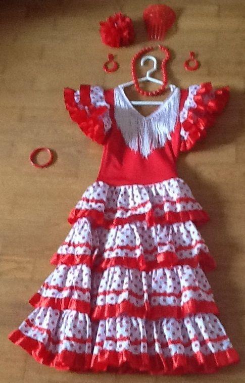 #Location Robe espagnol fillette 8ans avec accessoires (boucles d'oreilles en clips, bracelet, collier, fleur dans les cheveux, et coiffe pour chignon ou queue À rendre en bon état avec tous les accessoires. A louer sur www.placedelaloc.com ! #robe #consocollab