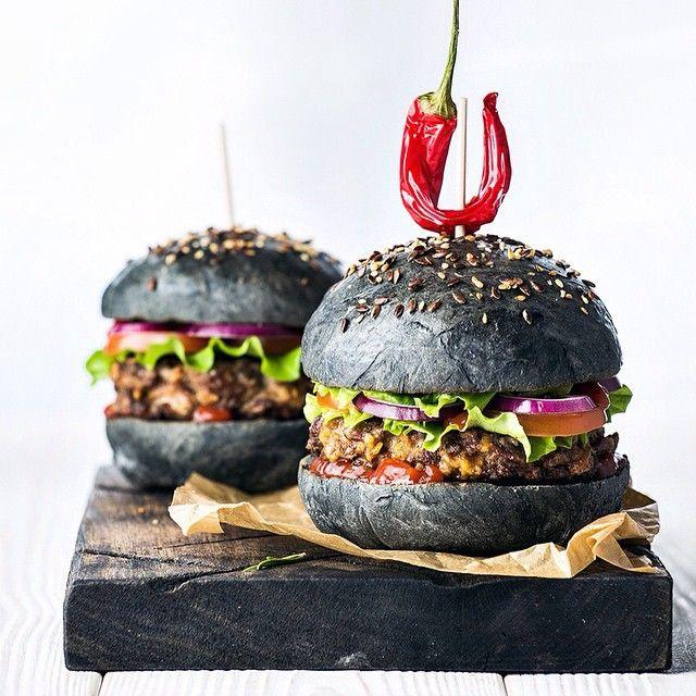 Дело было вечером, делать было нечего. Обычный бургер это уже не модно, сейчас в тренде черные бургеры. Сочная котлета из рубленой говядины, лист салата, помидор, лук, соус, что еще нужно для счастья?!