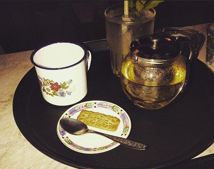 Βανίλια. Cafe-Bistro. Βείκου 40 & Ερεχθείου 2, Κουκάκι. Σπιτική λεμονάδα και φθινοπωρινό τσάι (κομμάτια κανέλας, μήλο, φλούδα πορτοκαλιού και γαρύφαλλο).