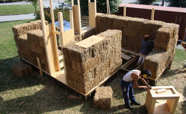 José bygger fönster i lådkonstruktion, Malin trimmar halmbalar med häcksax