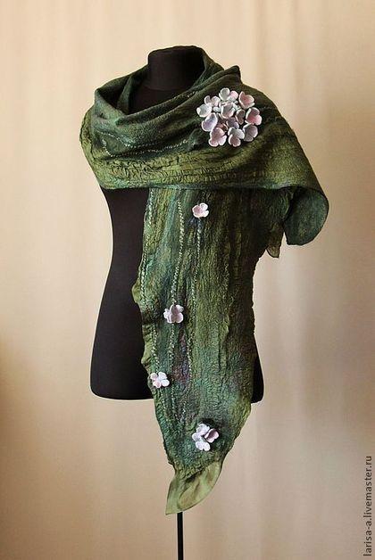 Купить или заказать Валяный шарф ' Гортензия' в интернет-магазине на Ярмарке Мастеров. Невероятно легкий шарф украшают соцветия гортензии. Которые имеют нежно - розовые и нежно-голубе оттенки. Зелень шарфа имеет фактурную поверхность, которая щедро покрыта разными декоративными волокнами. Шарф выполнен с применением натурального шелка и шерсти. Если вы желаете получать сообщения о новых поступлениях в магазинчике на свой электронный адрес, то нажмите ДОБАВИ…