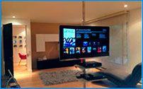 Columna piso a techo para televisor y bandejas DVD Y decodificador instaladas en una casa de familia