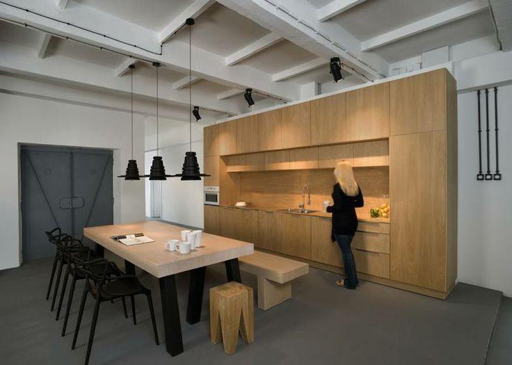 Důležitým prostorem k integraci zaměstnanců je otevřená kuchyně s jídelnou.