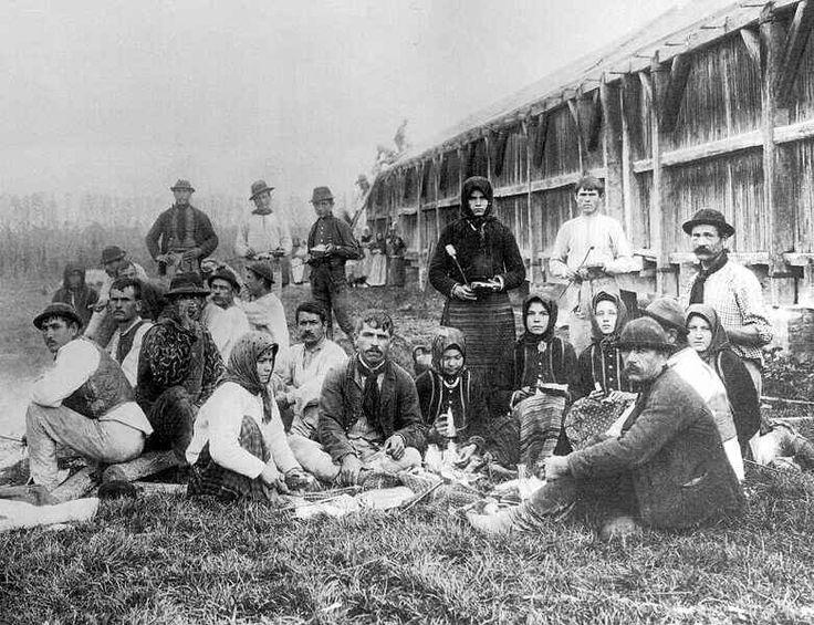 Szalonnasütő mezei munkások, 1901.  Magyar Nemzeti Múzeum Történeti Fényképtára kepido.oszk.hu