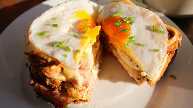 Lehet, hogy eddig nem tudtátok, de van receptje a tökéletes melegszendvicsnek is. Besamellel, sonkával és rengeteg sajttal készül, tojást raknak a tetejére és úgy hívják: Croque Madame. Mutatom, hogy készül.Hozzávalók 2 főnek:Megjegyzés: a videóban szereplő három…