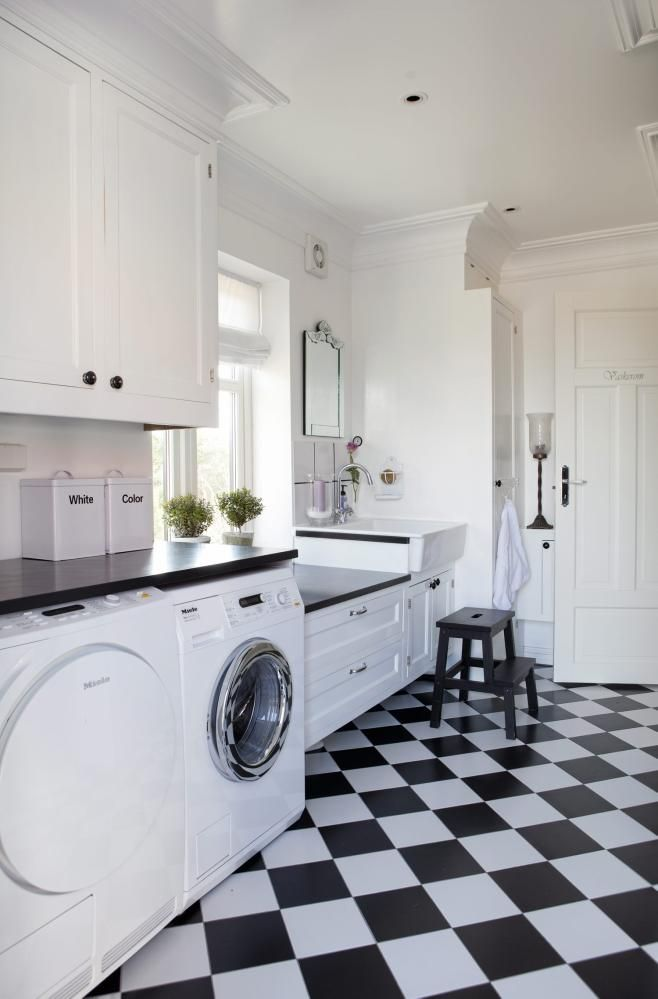 Se detalj med nedsenket benkeplate ved vask. Praktisk arbeidshøyde for å sette kurver/bajer etc... [Vaskerom hos Maria Førsund Forsberg i Sarpsborg.]