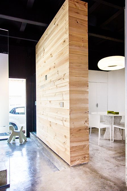 Chiralt Arquitectos I Revestimiento de madera para oficina moderna. Proporcionando confort y elegancia.