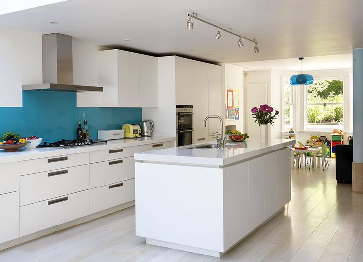 Roundhouse white matt lacquer Metro bespoke kitchen with colour blocked glass splashback & 10 best Kichen ideas images on Pinterest   Kitchen backsplash ...