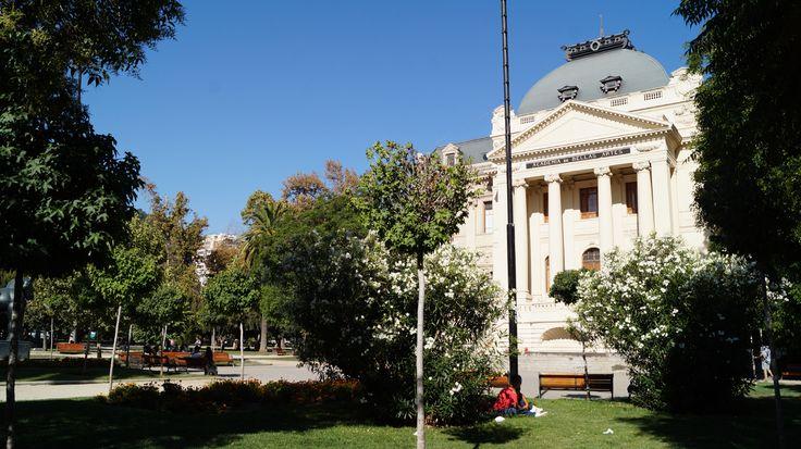 El Museo de Arte Contemporáneo @Museo_MAC    se ubica en el mismo Parque Forestal, por la parte posterior del MNBA.