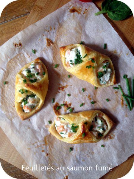 """feuilleté saumon ricotta - 3 carrés de pâte feuilletée de 7cm sur 7cm environ - 1/4 de pot de ricotta - 2 tranches de saumon fumé - 1 petit bouquet de ciboulette - poivre - ail en semoule - 1 jaune d'oeuf Cuisson : 20"""" à 200°"""