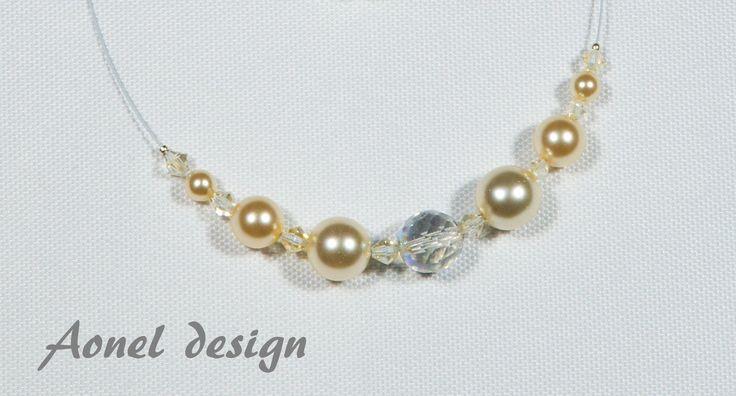Romantika+Jemný+romantický+náhrdelník+s+naušnicemi+pro+běžný+den+i+slavností+příležitost.+Použitý+materiál:+bílé+voskové+perly+zlaté+voskové+perly+broučené+korálky+cínové+korálky+bílé+nyonové+lanko+bižuterní+komponenty:+postříbřené+K+naučnicím+samozřejmě+přibalím+plastové+zarážky.