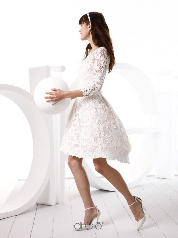 CR 06 | Abito corto in pizzo di cotone fiorato con gonna a campana digradante. | #lesposedigio #weddingdress #madeinitaly #bridaldress | www.lesposedigio.com
