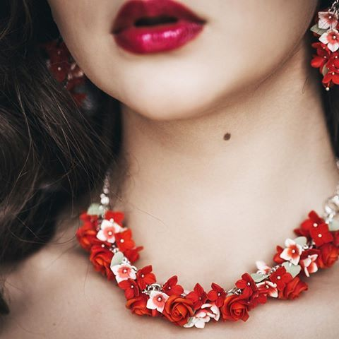 Мои украшения глазами талантливого фотографа @dashale_ на прекрасной @jenizay 🌺😍визаж и прическа от @ksusha_vis  #flowberry #handmade #handmadejewelry #necklace #earrings #flowers #polymerclay #beauty #fashion #red #roses #украшенияручнойработы #ручнаяработа #подарки #длядевушки #мода #красота #полимернаяглина #ожерелье #колье #серьгиручнойработы #навыпускной #выпускной2017