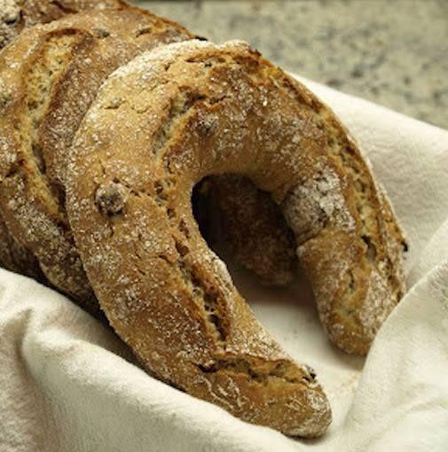 VINSCHGAUER STRUZN è un pane tradizionale del Trentino Alto-Adige, tipico della Val Venosta, in Alto Adige. Un tipo di pane nero a forma di ferro di cavallo. L'impasto è tipicamente composto per un 60% da farina di segale e per un 40% da farina di frumento, a cui si aggiungono lievito, sale e spezie (anice, semi di finocchio, cumino, trigonella) ed eventualmente fichi e uva sultanina #CucinaItaliana #CarnevaliLuigi https://www.facebook.com/IlBuongustaioCurioso/